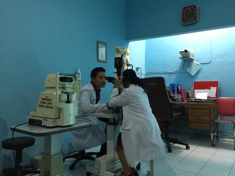 Fahmi dan Bila nyobain Slit Lamp di Wates, waktu dr. Fransisca, SpM belum datang
