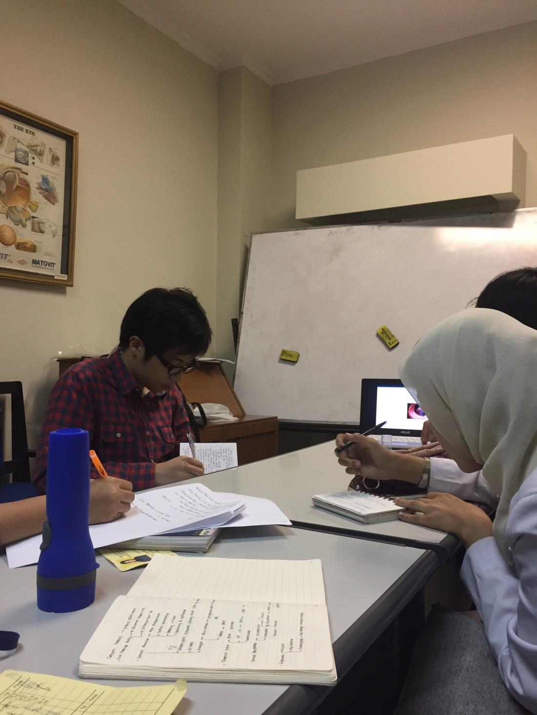 Belajar di ruang jaga koas