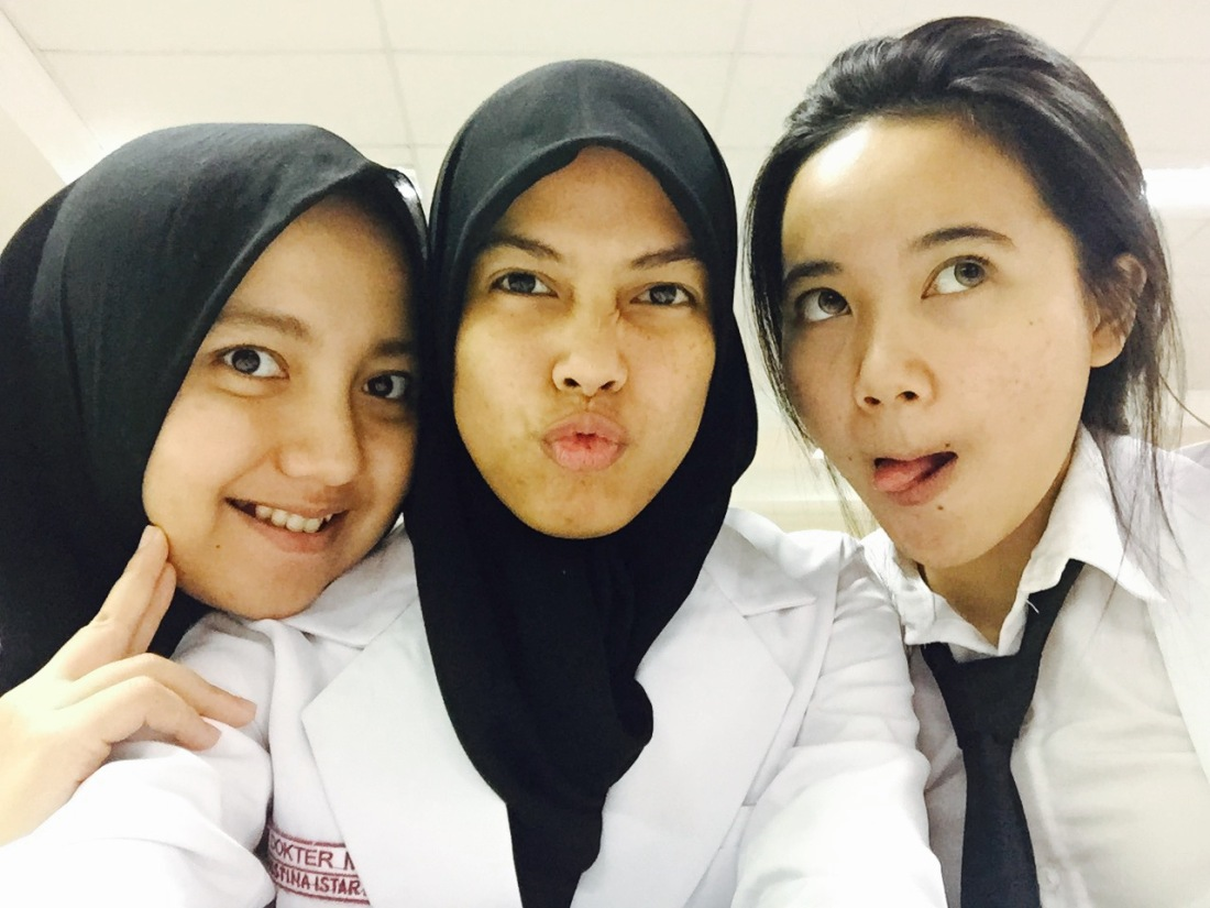 with my bestfriend, Reisha and Inez (before we declare the Janji Dokter Muda)